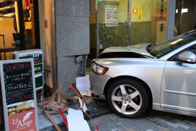恵比寿1丁目でビルに車のぶつかる事故