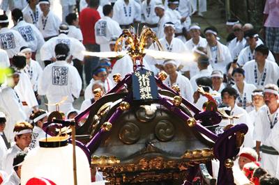 渋谷氷川神社宮神輿が約75年ぶりに担がれました