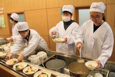 長谷戸小学校で行われた恵比寿なすび亭店主吉岡さんのよる和食給食