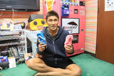 バンゲリングベイ寒川直喜選手が地元大島の為にチャリティー島ぞうりを販売中