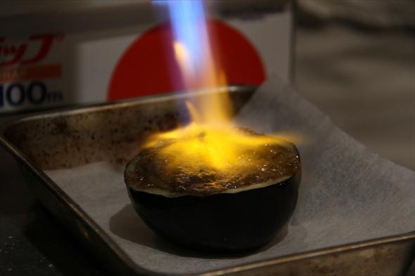 最後にバーナーで焼き上げると味噌の焦げる香ばしい香りが食欲をそそる