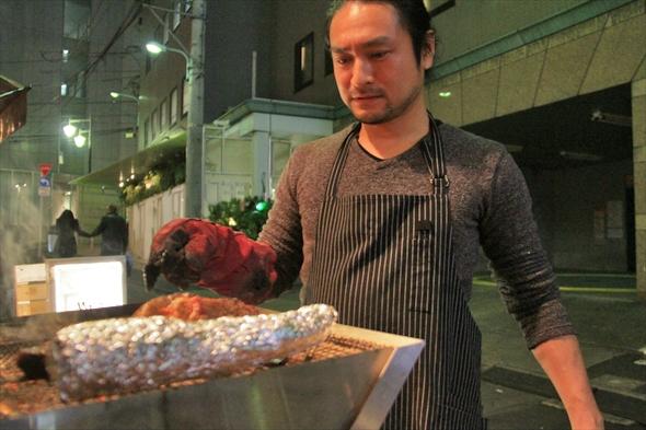 イクラ食堂で肉を焼く武藤氏。かれこれ2年ほど前から恵比寿の街で焼き続けている