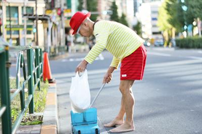 毎朝欠かさず恵比寿駅周辺を掃除をする「裸足のteddy」にみる「これから生き方」