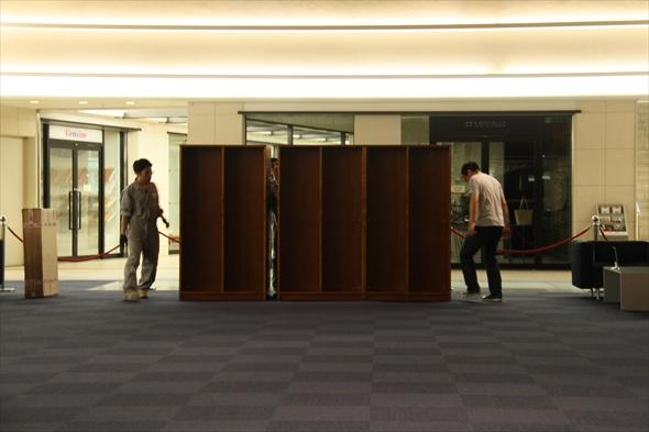 OPEN前日の設営。本棚が出来上がってくる。