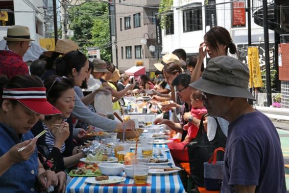 近所の人たち100人と料理を持ち寄った「持ち寄りサンデー」