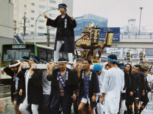 1992年。まだ連合神輿に参加していた当時の写真。右先頭が小俣さん
