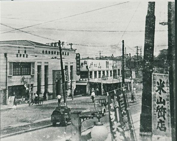 開発前の恵比寿駅前商店街。スヤマデパート後方から撮影