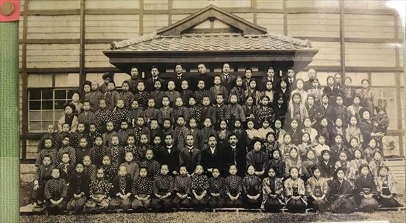 100年前の加計塚小学校卒業式の模様